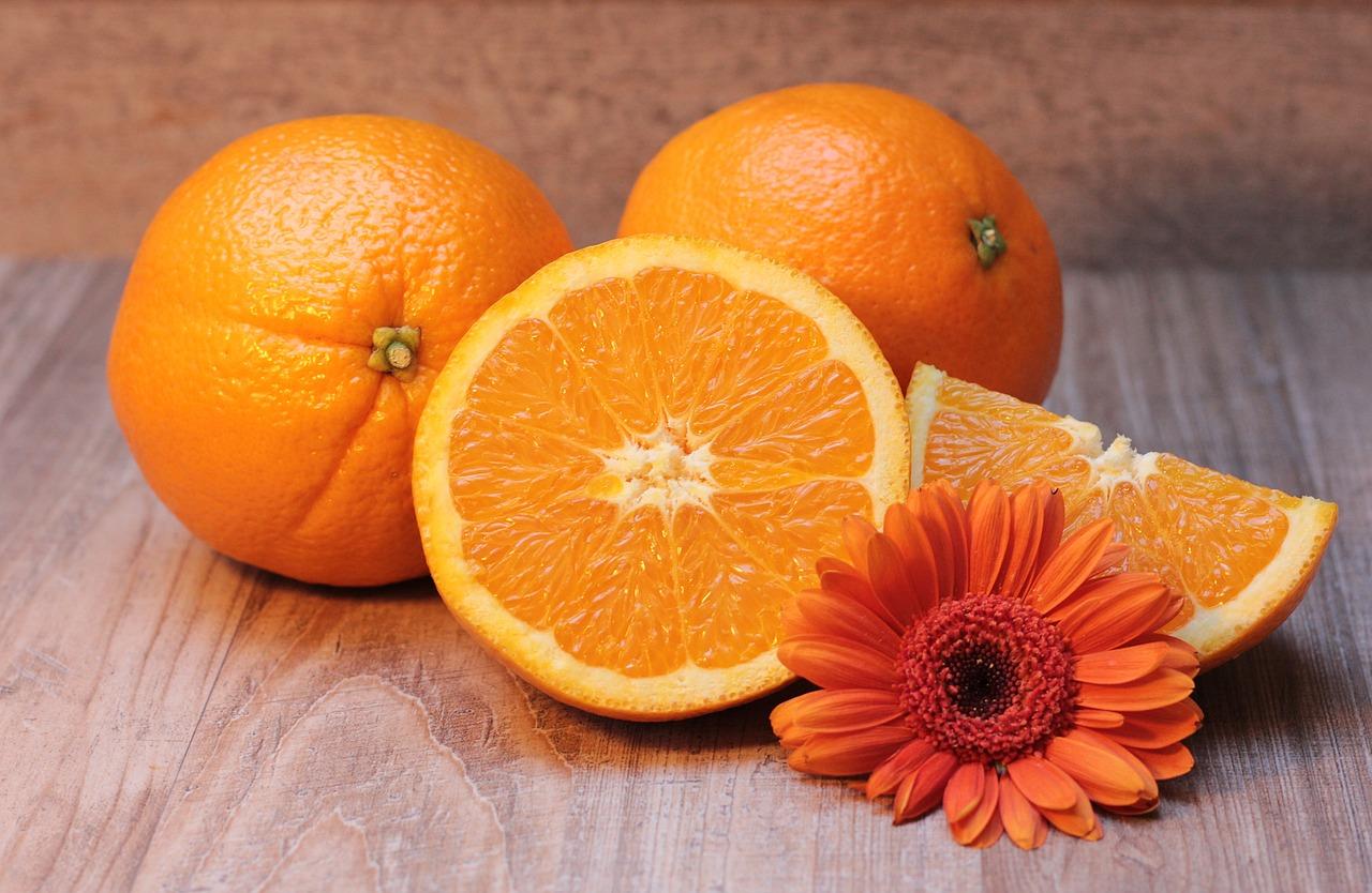 comestibles como las naranjas y las frutas amarillas