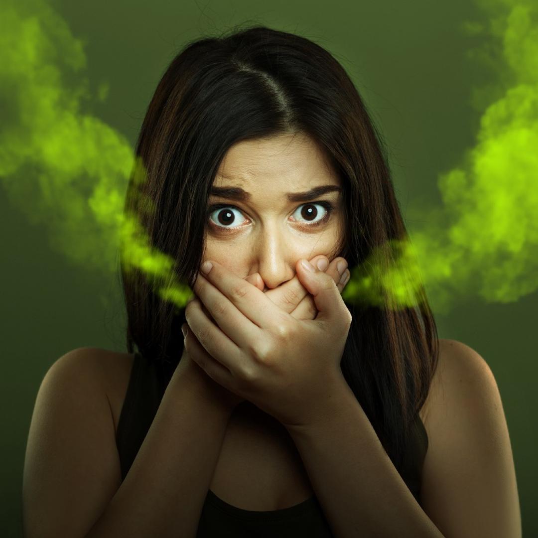 Si fumas o masticas tabaco, los productos químicos tienden a permanecer en la boca. Además de causar ese mal olor, se marca los dientes y reduce la eficacia de entender el sabor de la comida.